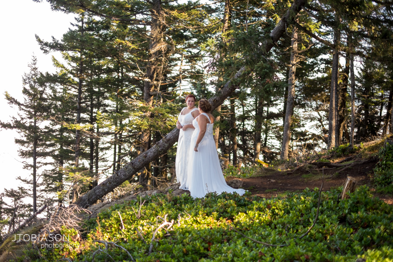 Brides have first look at mt constitution photo