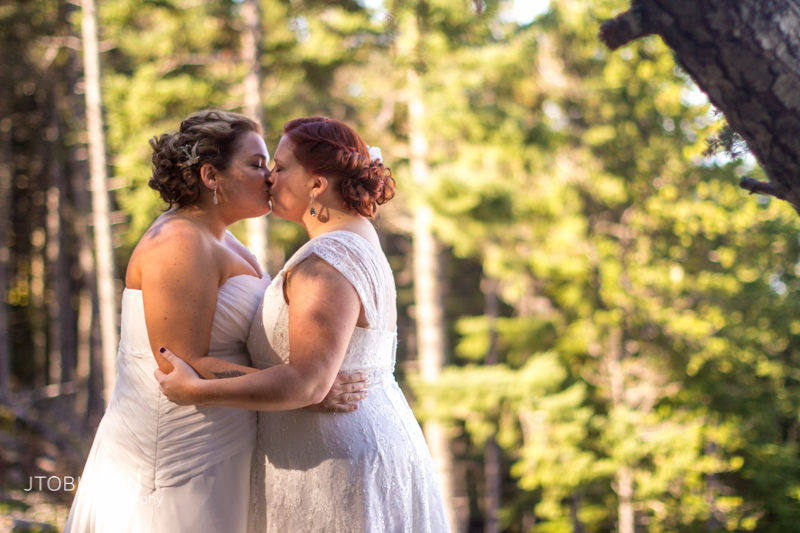 Brides kiss orcas island photo