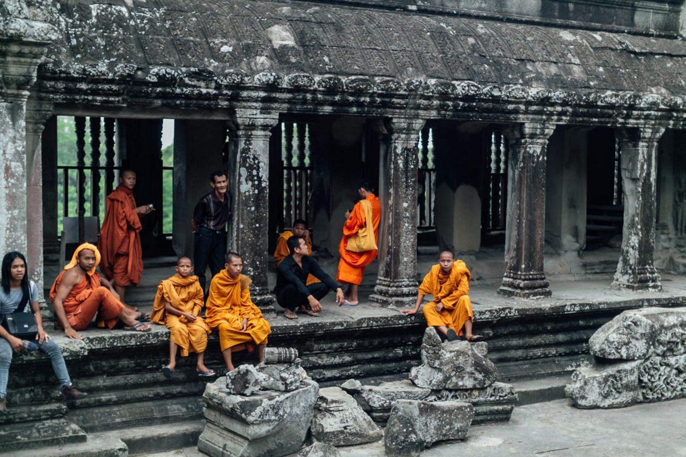 monks angkor wat