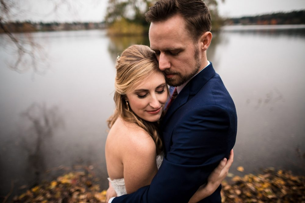 couple hug green lake wedding